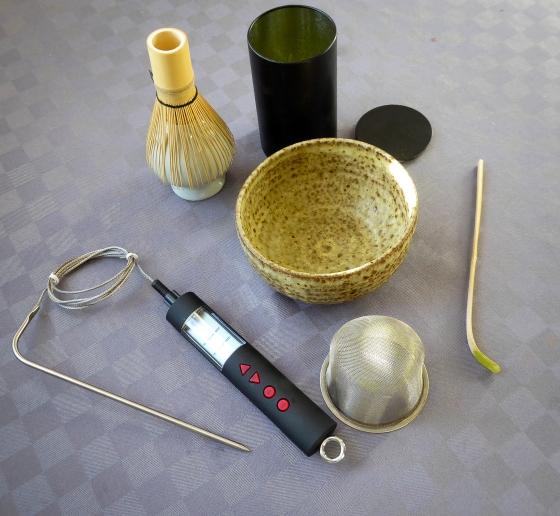 Utrustning som man behöver för att göra macha te: bambu visp, tätslutande burk för macha pulvret, stor teskål, bamuspatel, sil för att sila pulvret ner i koppen och en termometer för att se till att vattnet är 60-70 grader varmt.