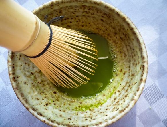 Pulvret rörs ut med en mindre mängd 60 - 70 gradigt vatten till en emulsion.