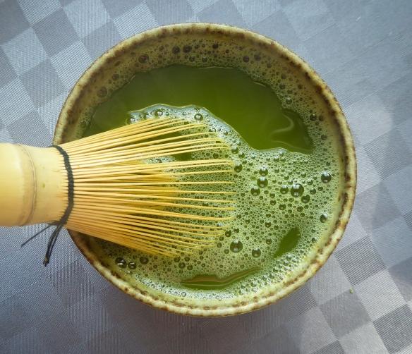 Sen späder man emulsionen så koppen blir fylld. Man vispar i en rörelse som ser ut som ett M eller W så teet fylls med luft och får ett grönt skum på ytan. Sen dricker man det.