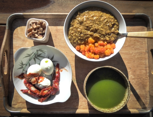 Här är ännu ett exempel från en frukost i somras då det fanns tillgång till färska hjortron. Till denna frukost drack jag macha-te.