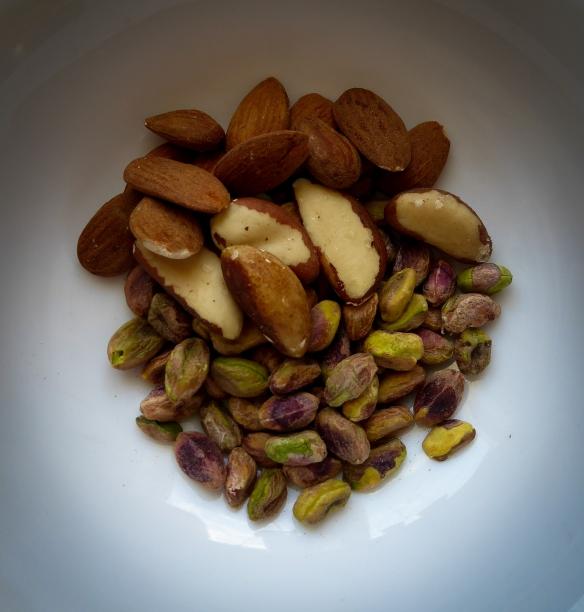 Jag tar alltid en portion nötter till frukost. Om jag inte får protein genom yoghurt/A-fil så tar jag en hel näve blandade nötter. Annars blir det ca 10 paranötter eller motsvarande mängd andra nötter som pistagenötter, mandlar. cashew, hasselnötter och pekan nötter.
