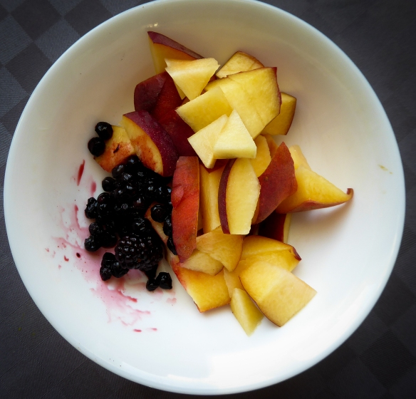 Till varje frukost tar jag en tallrik frukt och bär som jag varierar varje dag. Det kan vara blåbär, björnbär, grantaäpple. mango, äpple, apelsin, banan eller andra frukter och bär allt utifrån säsong.